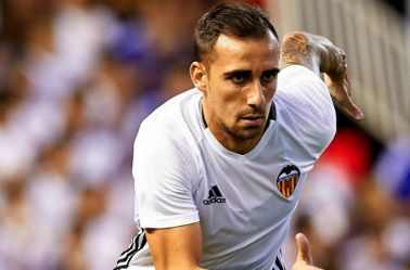 Paco Alcácer jugando un partido con el Valencia
