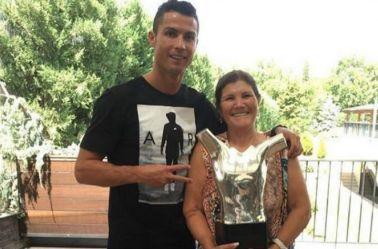 CR7 y su madre, con el trofeo al mejor jugador de Europa
