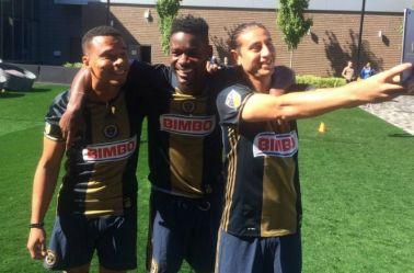 Jugadores del Philadelphia Union se toman una selfie previo al reto