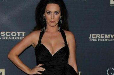 Katy Perry posa durante una alfombra roja
