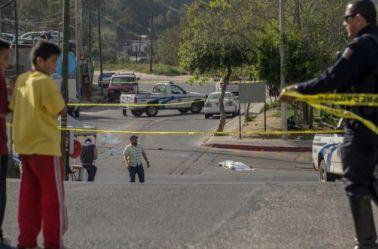 Un policía cierra la calle frente a un homicidio