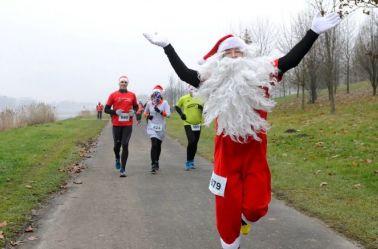 Participante de la carrera Santa Run en Poznan, Polonia