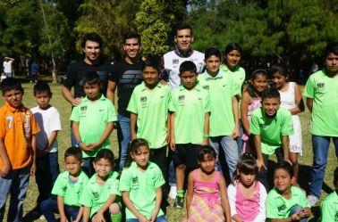 Márquez y Checo, con algunos niños de sus fundaciones