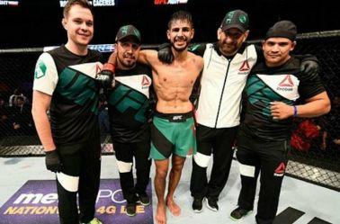 Rodríguez festeja una victoria con su equipo de trabajo