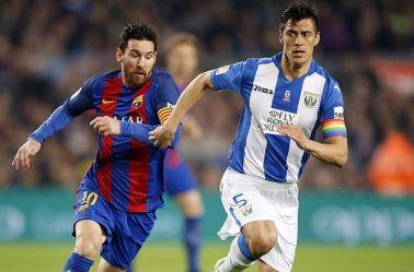 Messi trata de recuperar el balón contra Leganés