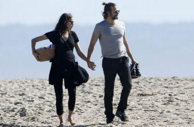 Irina Shayk  y su pareja comparten un día en la playa