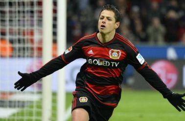 Chicharito festeja su anotación con el Leverkusen