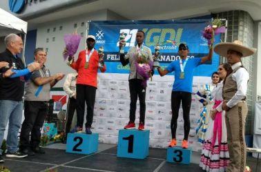 Julius Kipyego (ctro), Kenisi (izq), Torres (der) arriba del podio