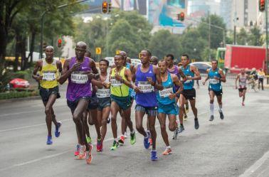 Runners, durante una carrera en las principales avenidas de la CDMX