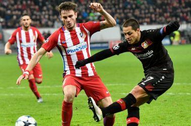 Chicharito sacando un disparo durante el partido entre Leverkusen y Atlético en Champions