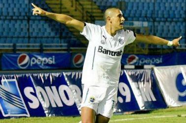 Izazola celebra un gol con el Comunicaciones