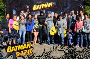 Fotografía con algunos de los participantes en la carrera Batman
