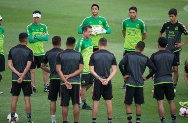 Juan Carlos Osorio habla con los seleccionados del Tri en un entrenamiento