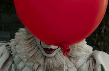 Un globo rojo tapa la cara de Pennywise