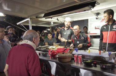 Fraga, Berna García y Barraza reciben a don Ariel en su taquería
