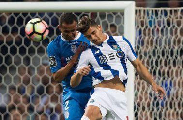 Jugadores del Porto y el Feirence pelean por el balón