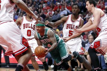 Isaiah Thomas intenta pasar a los jugadores de Bulls
