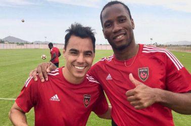 Omar Bravo y Didier Drogba, en entrenamiento