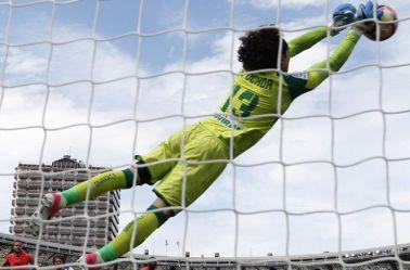 Ochoa vuela para evitar un gol de la Real Sociedad
