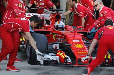 Sebastian Vettel sale a la pista de Sochi ayudado por su equipo