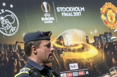 Policía sueco patrulla las inmediaciones del Friends Arena de Estocolmo