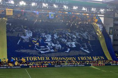 Afición del Brondby muestra una manta en apoyo a sus jugadores