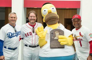 Sax, Boggs y Smith junto a una botarga de Homero Simpson