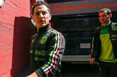 Andrés Guardado camina junto a Rafa Márquez a su llegada al Memorial Coliseum de Los Angeles