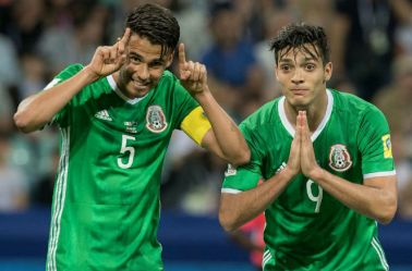 Diego Reyes y Raúl Jiménez festejan el gol