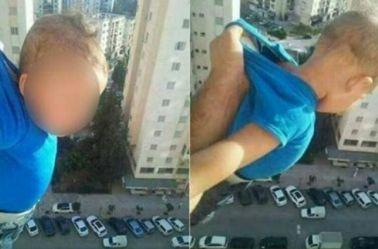 El bebé colgando desde lo alto del balcón