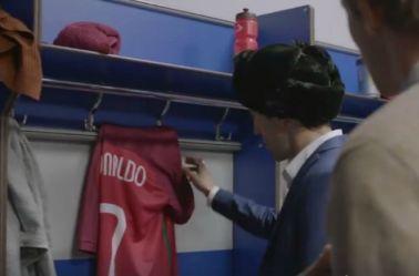 Salvador Iglesias toma la camiseta de CR7 dentro del vestidor de Portugal