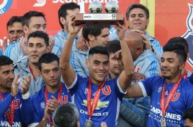Felipe Mora, levantando un trofeo con su ex, la U de Chile