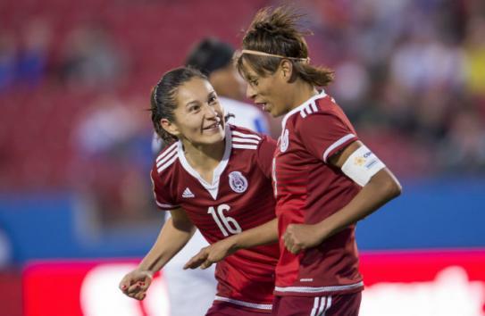 Maribel es felicitada luego de uno de sus goles contra Puerto Rico