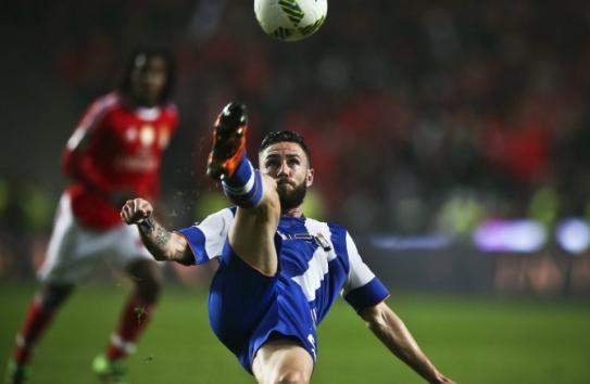 Layún remata el balón en partido con el Porto
