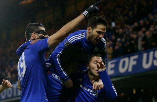 Jugadores del Chelsea festejan con su afición