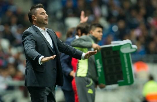 Mohamed pide calma a sus jugadores durante un partido