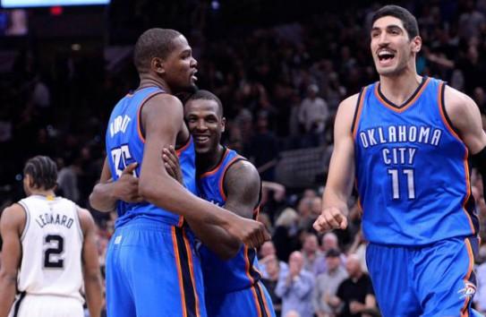 Jugadores del Thunder  celebran al derrotar a los Thunder