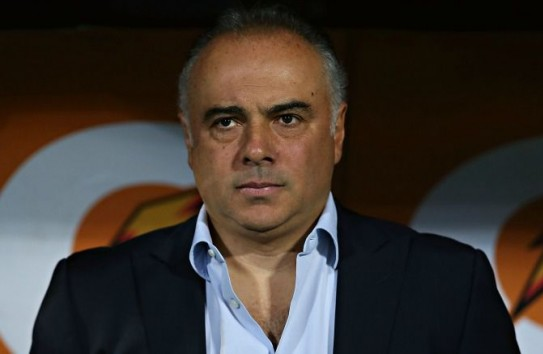 Memo Vázquez observa un juego de Pumas