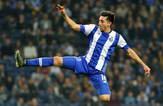 Héctor Herrera busca un balón en juego con Porto
