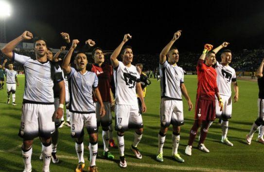 Los jugadores de Pumas 'avientan' un goya con su afición