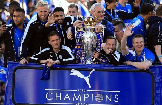 Ranieri en compañía de sus jugadores festejando el título