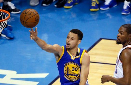 Curry intenta una canasta en el juego 4 de la serie