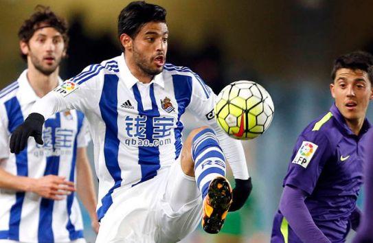 Carlos Vela controla el balón con el pie izquierdo
