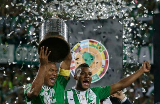 Los jugadores del Atético Nacional cargan el trofeo de la Copa Libertadores