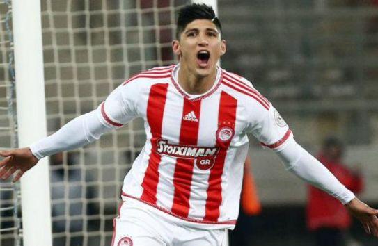 Alan Pulido celebra un gol con el Olympiacos