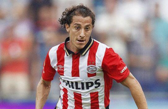 Andrés Guardado durante un partido del PSV