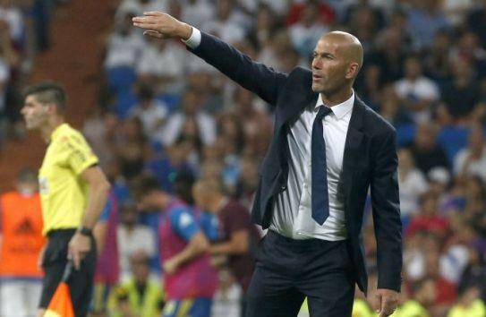 El francés Zinedine Zidane da una indicación técnica durante el juego