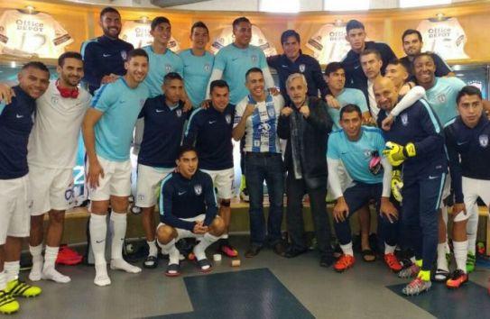 Misael Rodríguez junto a varios jugadores del Pachuca en el Estadio Hidalgo