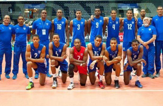 El equipo de voleibol de Cuba posa previo a un encuentro
