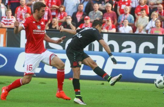 Chicharito remata durante el partido frente al Mainz
